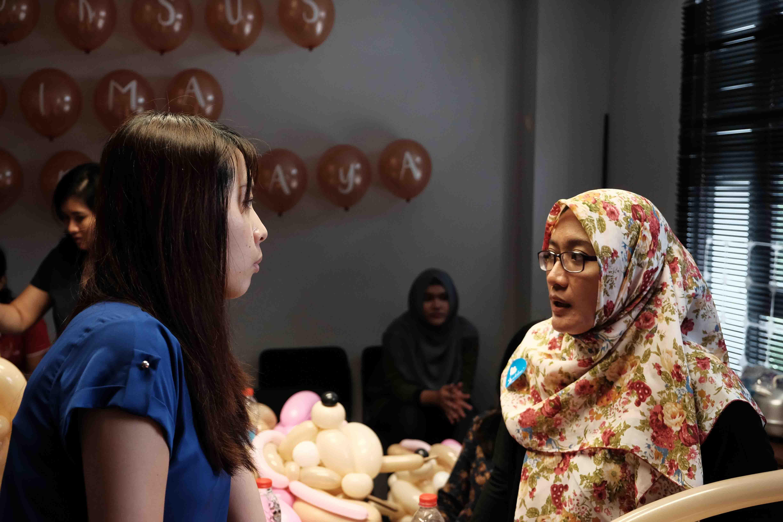 Kursus Adalima Surabaya Voucher Bali Per Hari Disini Kristina Sedang Berbincang Mengenai Tips Dan Trik Kepada Salah Satu Peserta Dari Semarang Ibu Terra Febianti Kok Serius Banget Ya